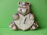 Keramické hodiny medvěd