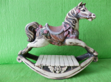 Soška houpací kůň barevný
