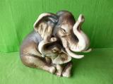 Soška slonice se slůnětem