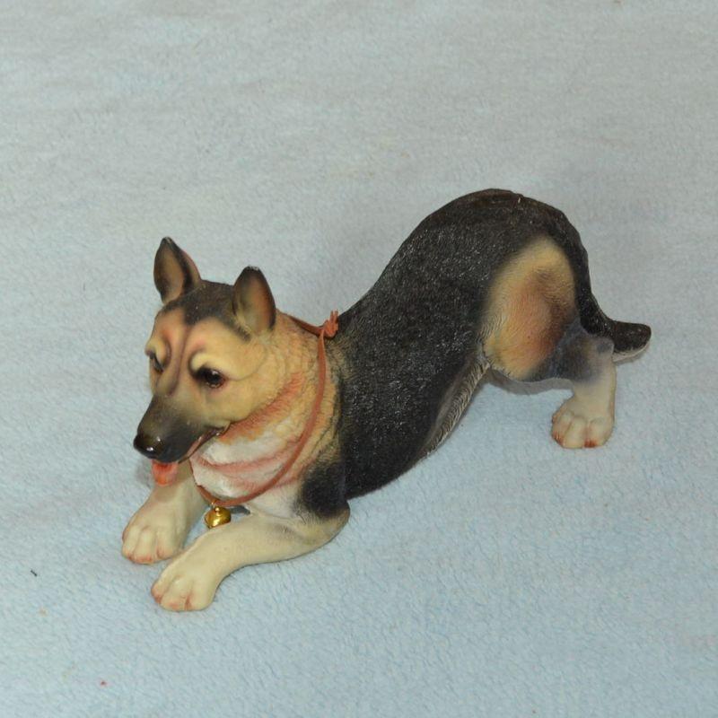 Soška pes - německý ovčák - hrající si