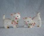Porcelánové sošky koček s obojkem a růží