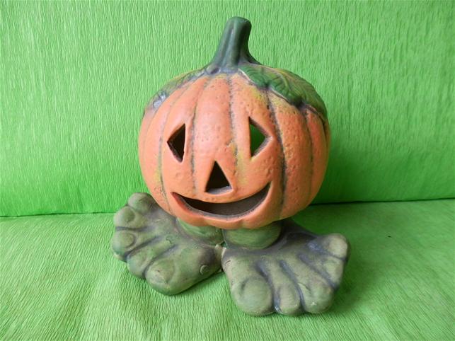 Halloweenská dýně malá na nohách