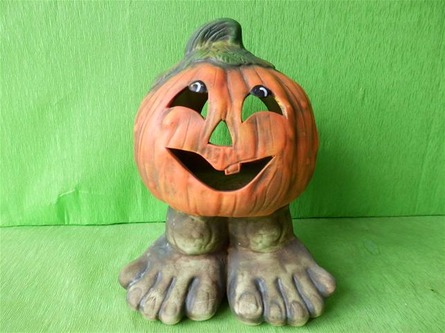 Halloweenská dýně na nohách