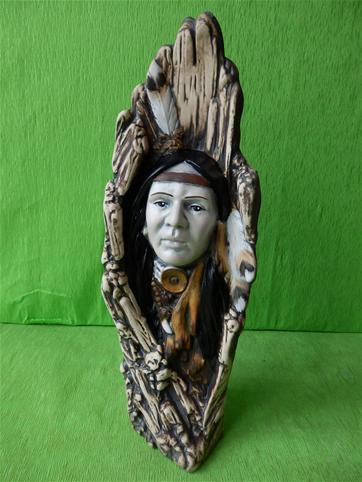 Indián vytesaný ve stromu