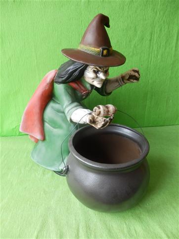 Soška čarodějnice s kotlíkem