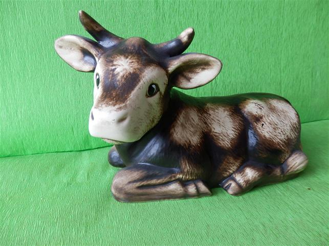 Soška ležící kráva rohatá
