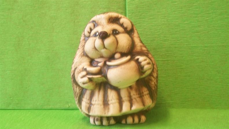 Soška paní ježková s konvicí
