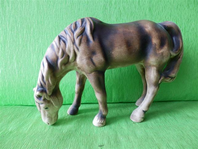 Soška pasoucí se kůň