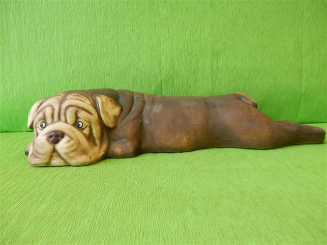 Soška pes - ležící bulldog