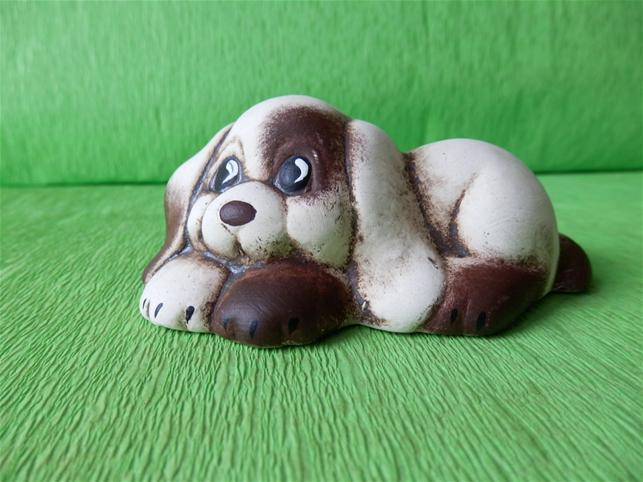 Soška pes - ležící štěně
