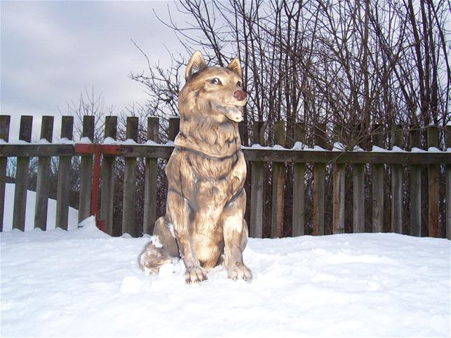 Soška sedící vlk s tlamou otevřenou