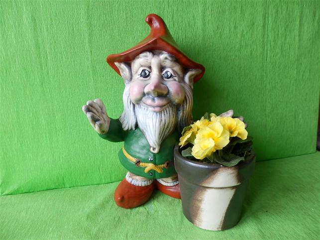 Soška trpaslík Alfréd s květinou