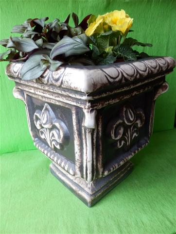 Květináč hranatá váza s liliemi