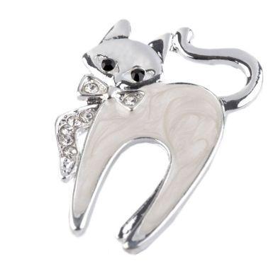 brož kočka s kamínky