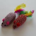 Hrkací lesklá myška s peřím - hračka pro kočky 2 ks