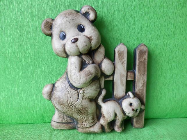 Keramická nástěnná ozdoba plot s medvědem