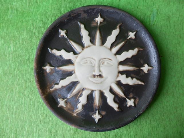 Keramická nástěnná ozdoba slunce