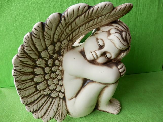 Keramický anděl sedící vpravo