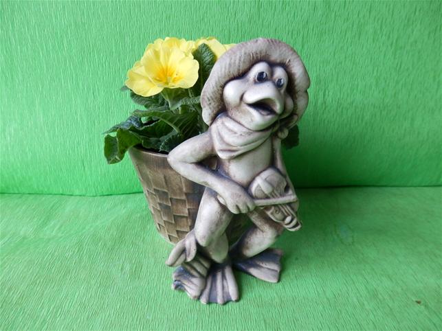Keramický květináč žába s houslemi a košíkem