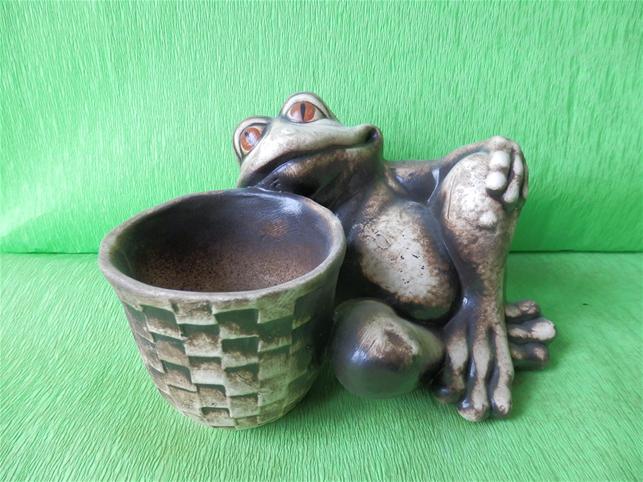 Keramický květináč žába s košíkem