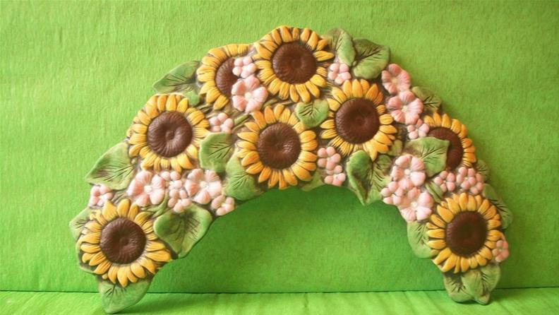 Keramický nástěnný  půlvěnec slunečnice