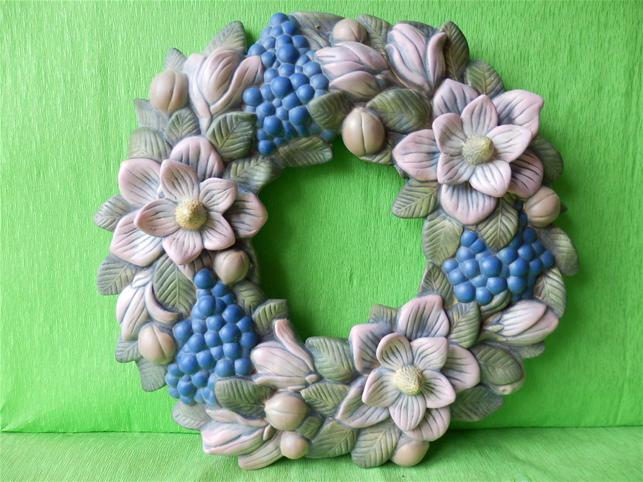 Keramický nástěnný věnec z  magnolií