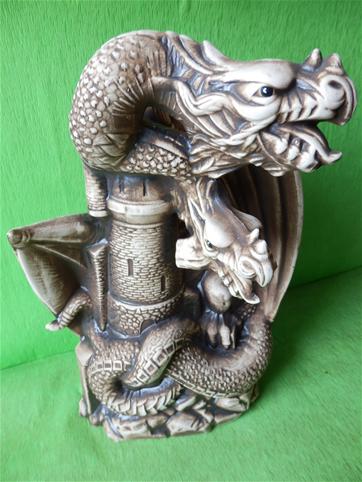 Soška drak dobývající hrad