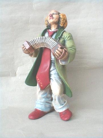 Soška klaun s harmonikou