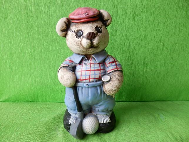 Soška medvěd hrající golf