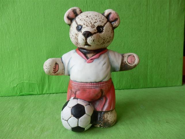 Soška medvěd s míčem