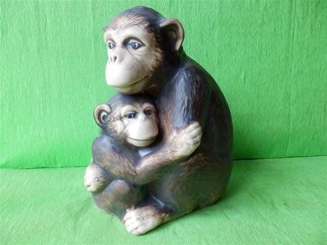 Soška opice s mládětem