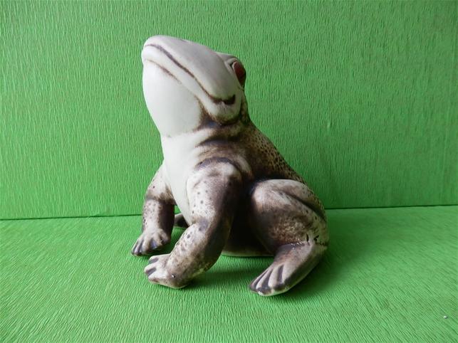 Soška sedící žába