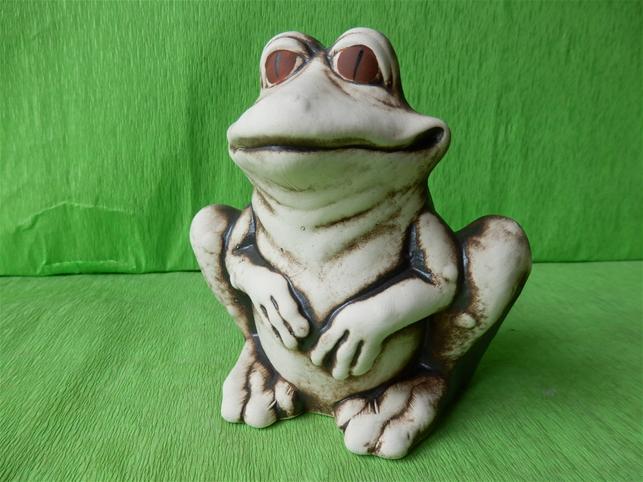 Soška spokojená sedicí žába