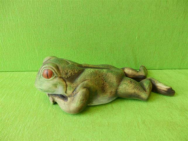 Soška žába ležící na břiše