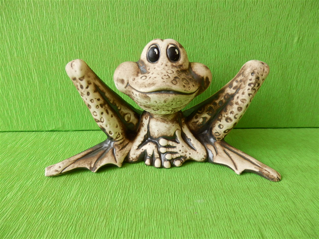 Soška žába s dlouhýma nohama