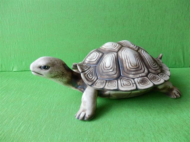 Soška želva s odnímajícím krunýřem