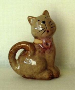 Keramické sošky - hnědá kočka se zakrouceným ocáskem
