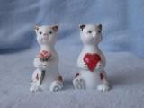 Porcelánové sošky koček s kytičkou a srdíčkem