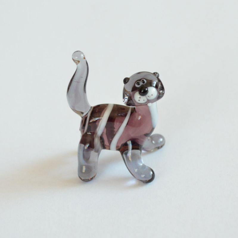 Skleněná soška zvídavá kočka