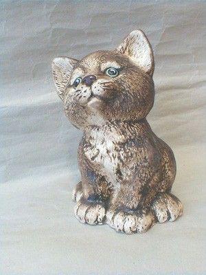 Kotě sedící hnědé