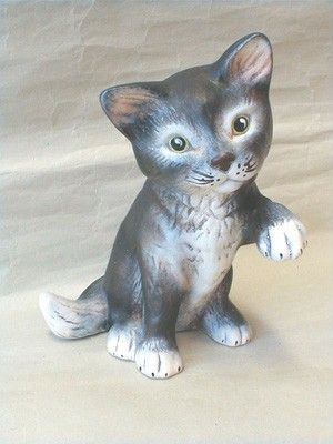 Kotě sedící tlapka